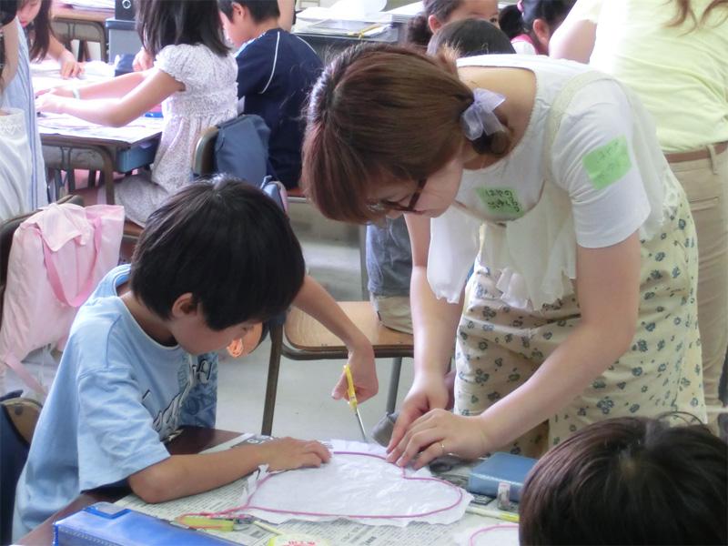 小学校でのうちわ作りのワークショップ