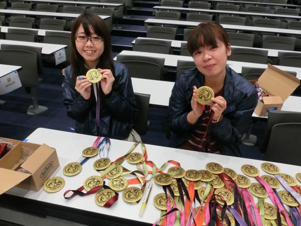 参加者用メダルに色づけ