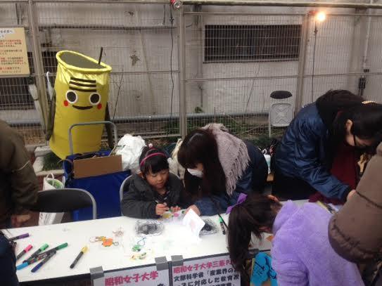 学生は「キーホルダーづくり」参加の子どもたちをサポート