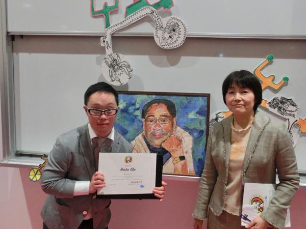 昭和女子大学賞(絵画・書部門)マエダケンタ君と下村久美子教授