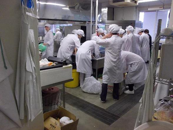 望秀海浜学寮の厨房です。気合をいれて調理開始です。1
