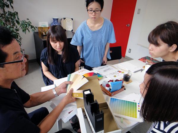 色の基本知識について説明を受ける(成東インキ製造株式会社)