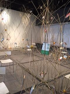 「春。ホンノバ・カタリバ」会場風景(80年館昭ルーム)。約1000本の割竹を組んだ本の空間。