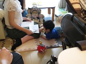 02_協力者のご自宅でお子さまと一緒にお話を聞く