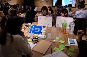 04_各フィールドごとにテーブルに分かれアイディア発表・来場者の方と共にアイディアを高める